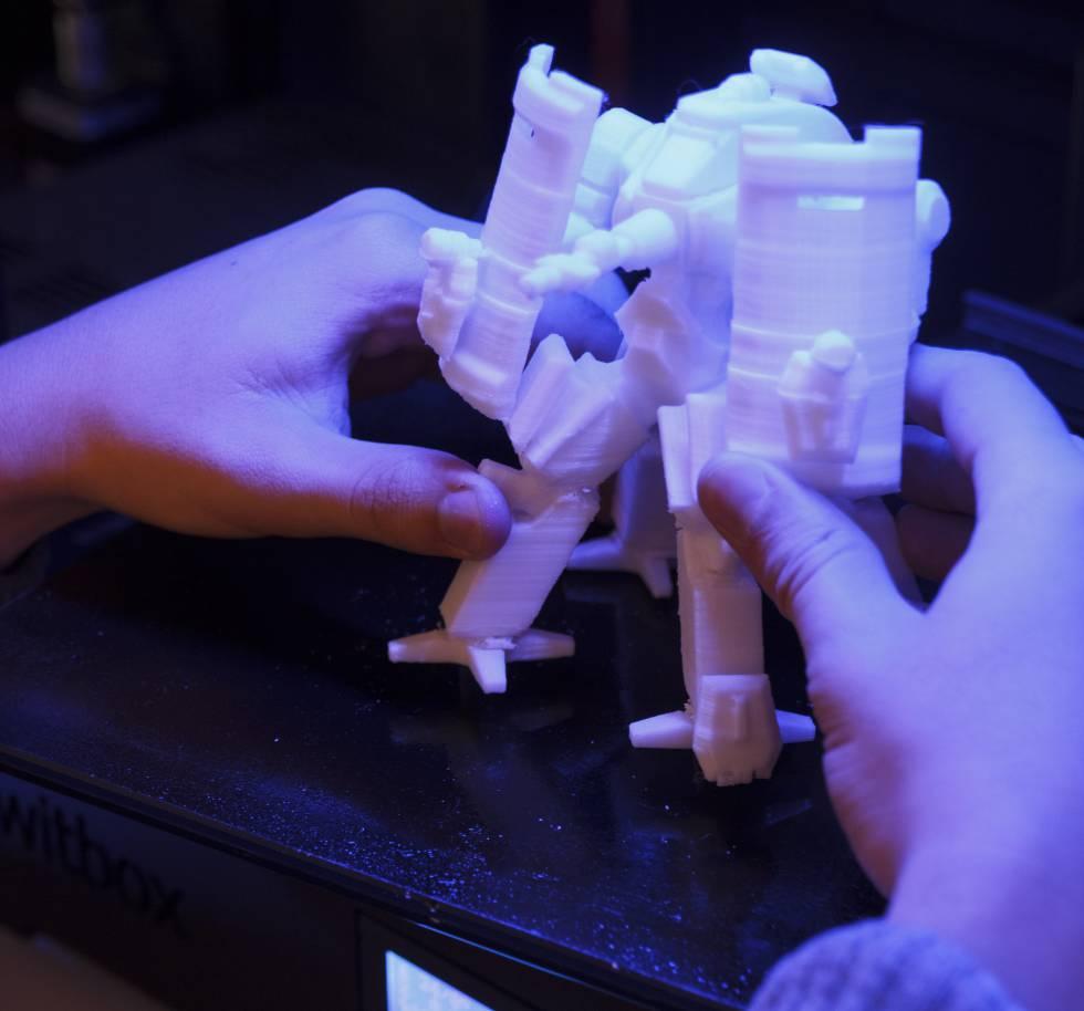 La deposición fundida es la técnica de impresión 3D que funciona de forma similar a la impresión en papel que tenemos en casa, encontrándose la diferencia en que en lugar de utilizar tinta se colocan finas líneas de un material fundido que se solidifica de inmediato, lo que permite fabricar objetos sólidos tridimensionales. Su nacimiento es fruto de la creatividad de S. Scott Crump y su esposa Lisa. Como manda la tradición, comenzaron su aventura en un garaje, en 1988, con un objetivo muy simple: fabricar una rana de juguete para su hija de dos años. Con los años han reconocido que el resultado de ese primer intento fue bastante mejorable, pero a su hija le encantó por lo que no dudaron en patentar la tecnología.