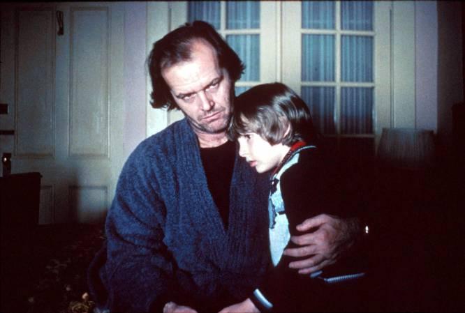 'Twin Peaks', una década antes de 'Twin Peaks'. A Stephen King le horroriza esta adaptación, que propone el fichaje más equivocado y a la vez más legendario posible: Jack Nicholson interpretando a un hombre gris, apático y corriente (tres adjetivos que Nicholson no sería capaz de encarnar ni durmiendo) que se ve abocado a un descenso a la demencia más violenta. El problema es que Jack Torrance ya parece estar medio loco desde la primera escena, porque Nicholson es así. El hotel más famoso de la historia del cine, cuya fabulosa selección de alfombras vamos descubriendo a través del triciclo del pequeño Danny (el niño, sorprendentemente, no sabía que estaba en una película de terror), se va llenando de inquilinos sorpresa. Todos perturbadores: la mujer desnuda de la bañera que se derrite y muta en una anciana, las dos gemelas (hay algo automáticamente inquietante en ver a dos gemelas vestidas iguales, pero además estas dos están muertas) y el camarero que ha sido imitado y parodiado mil veces después. Y todo para concluir una constante en la obra de King: no se nos puede dejar solos.