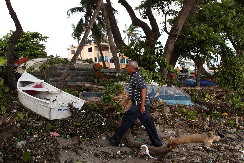 Un hombre camina junto a unas barcas destrozadas en la playa de Puerto Plata (República Dominicana), el 8 de septiembre.