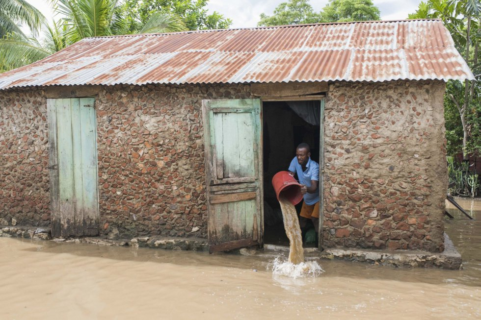 Un hombre saca agua de su casa inundad tras el paso del huracán Irma, en el territorio de Fort-Liberte (Haití), el 8 de septiembre.