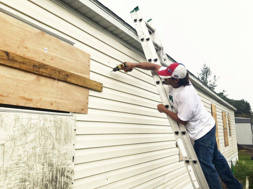 Filomeno Romero, de 52 años, refuerza su casa móvil ante la llegada del huracán a Apopka (Florida), el 8 de septiembre.