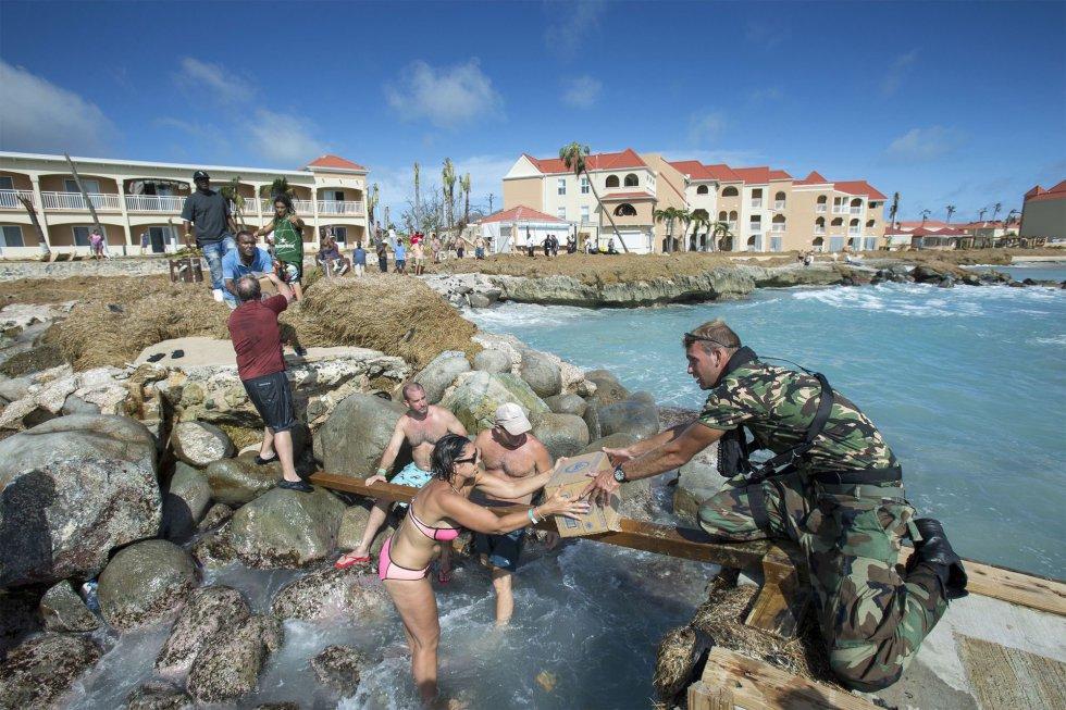 Personal de la Marina Real de Holanda distribuye suministros para las víctimas del huracán Irma en la isla caribeña de San Martín, el 8 de septiembre.