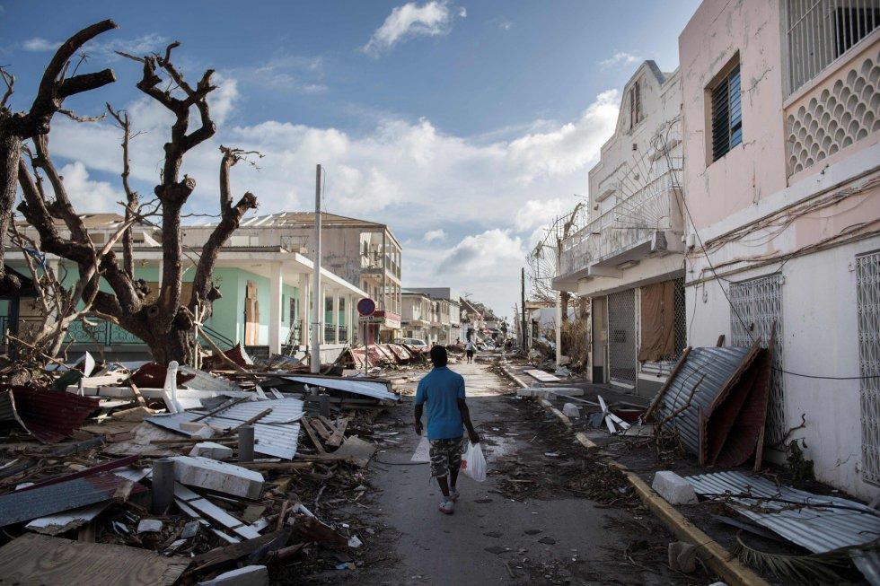 Un hombre camina por una calle cubierta de escombros tras el paso del huracán Irma en la isla francesa de San Martín, cerca de Marigot, el 8 de septiembre.