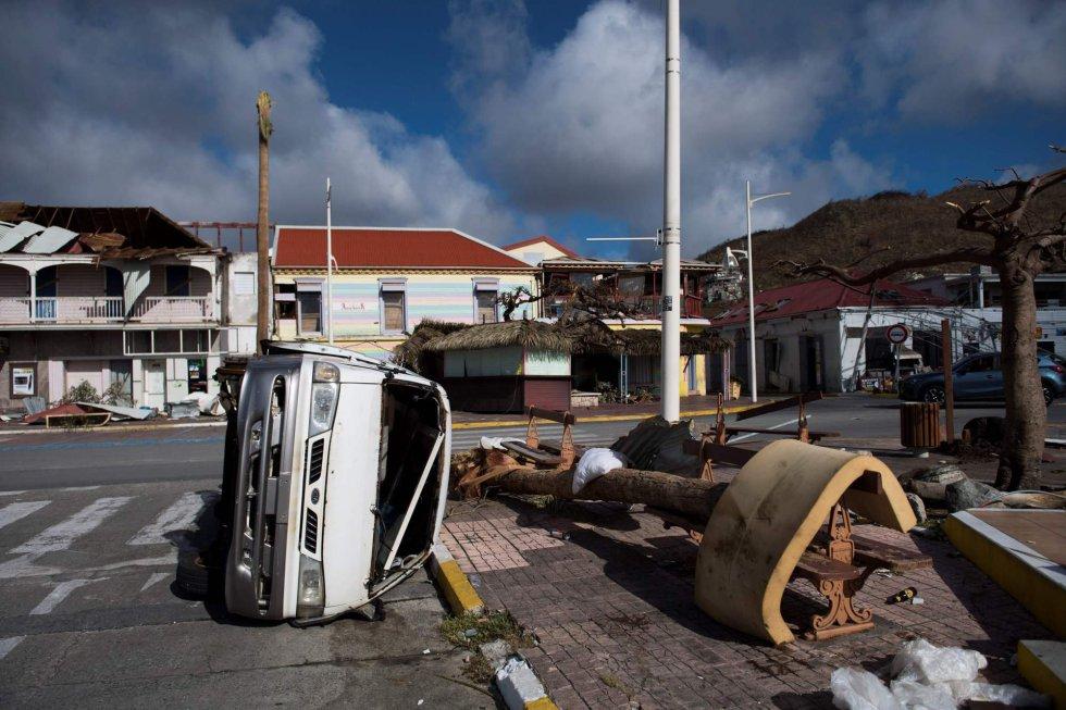 Un coche volcado en una calle de Marigot de la isla de San Martín, el 8 de septiembre.