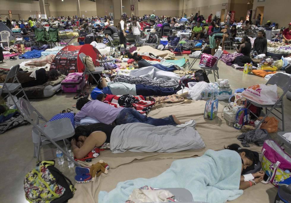 Cientos de personas se reúnen en un refugio de emergencia en Miami (Florida), el 8 de septiembre.