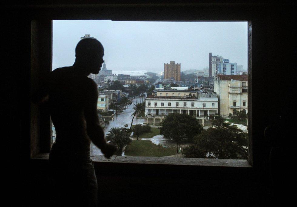 Un hombre mira desde una ventana las calles inundadas de La Habana (Cuba), el 9 de septiembre.