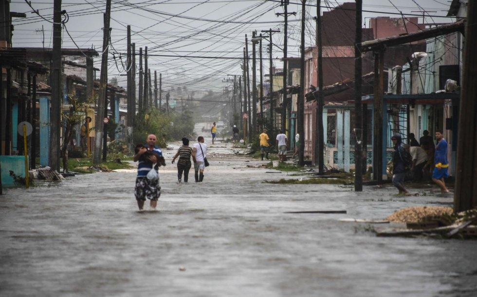 Vecinos de la provincia cubana de Villa Clara pasan por una calle inundada después del huracán, el 9 de septiembre.