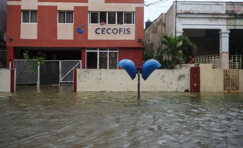 Vista de una calle inundada de La Habana.