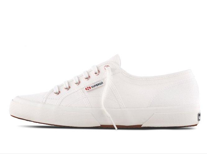 f67894ba3 Fotorrelato  Siete zapatillas blancas legendarias que puedes comprar ...