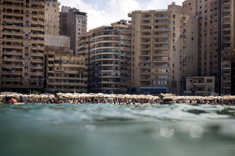 Vista de una playa pública en Alejandría (Egipto).