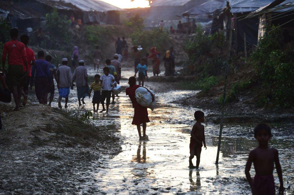 Varios refugiados rohingya caminan por el campo de refugiados de Kutupalong (Bangladés).