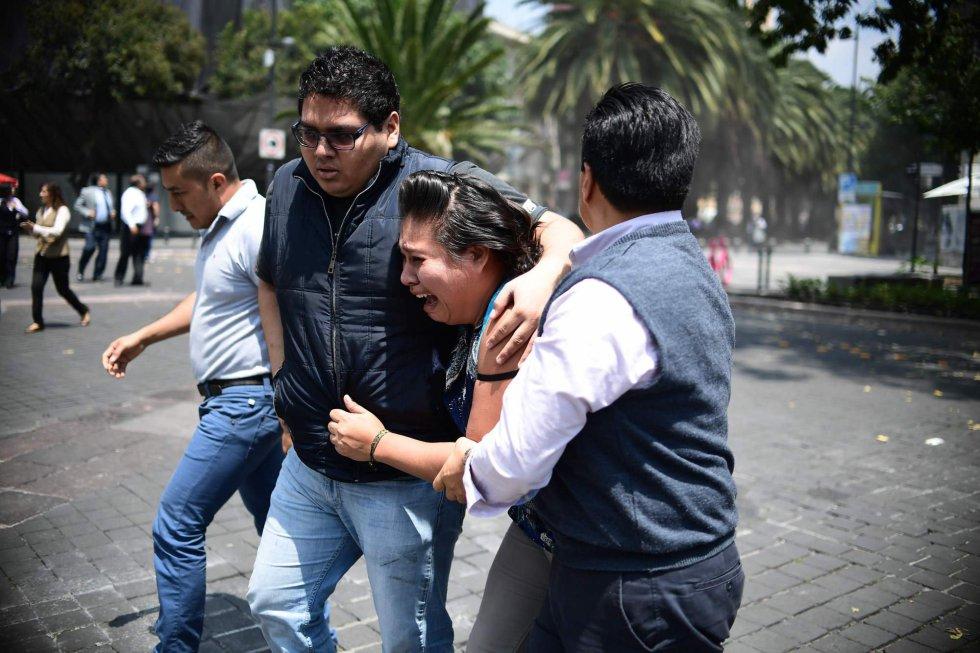 Moradores da Cidade de México correm desesperados para as ruas após novo terremoto atingir o país.