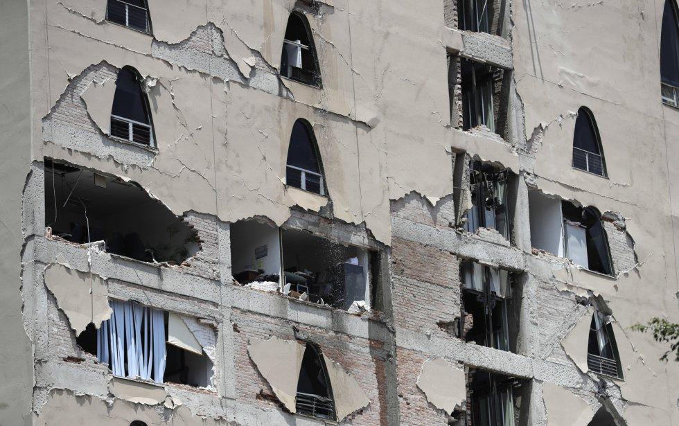 Vista de um edifício danificado pelo sismo.