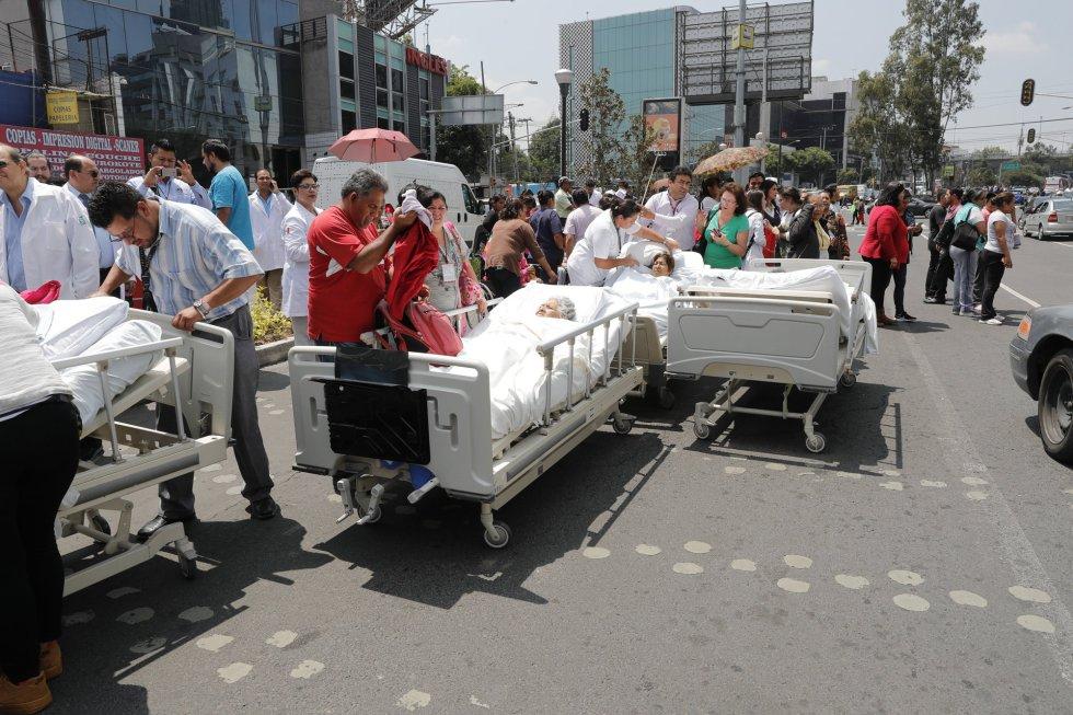 Vários pacientes são retirados de um hospital e atendidos na rua depois do tremor de magnitude 7,1 sentido na Cidade de México.