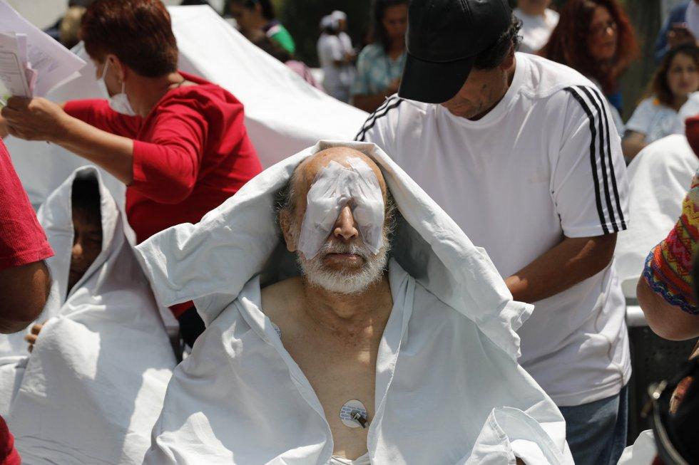 Paciente de um hospital, evacuado do local, recebe assistência médica na rua depois do sismo, na Cidade do México
