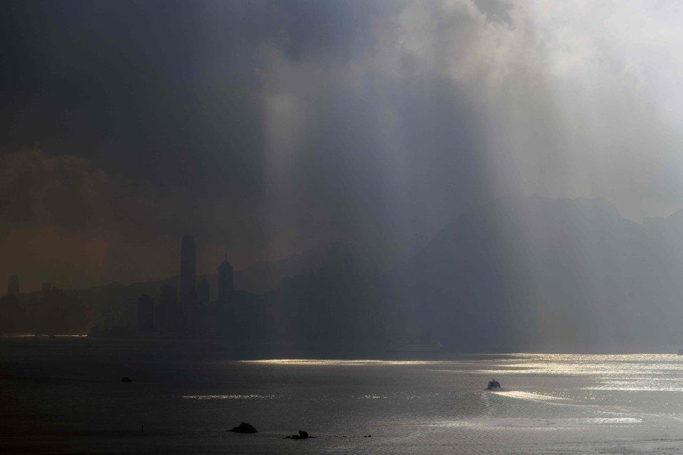 Un ferry de cercanías navega hacia la isla de Hong Kong, en China.