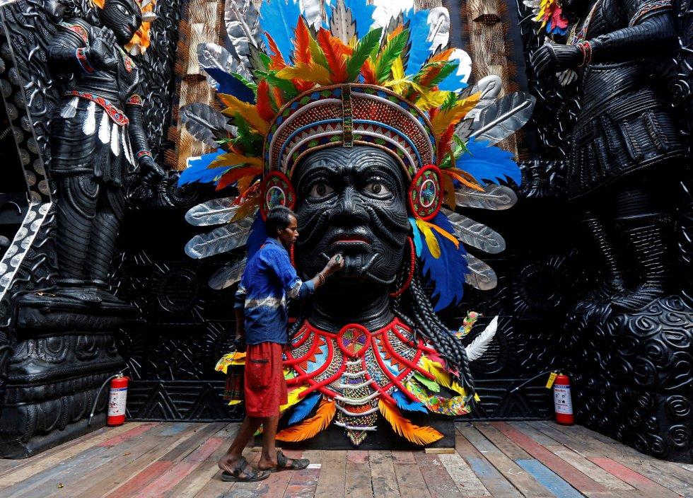 Un artesano pinta una escultura, antes del comienzo del festival Durga Puja, en Calcuta (India).