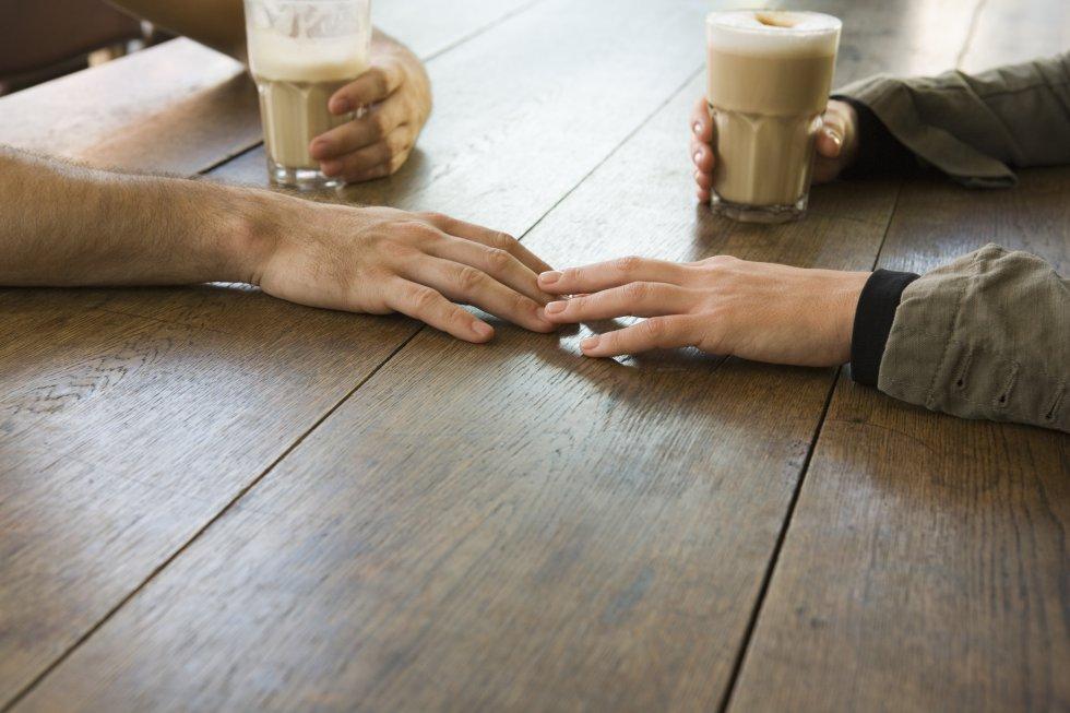 """Dar liga com o outro tem muito a ver com um jogo de cartas: certas expressões do rosto dizem tudo. Você não precisa sair dançando por aí, mas, também, ficar parado como um goleiro de pebolim é péssimo para travar novas relações. Givens assinala que """"quando um homem acha uma mulher atraente, em vez de dizer isso com palavras, ele pode esticar o braço sobre a mesa, como se se dispusesse a tocar no antebraço ou na mão dela. Se uma mulher agarra os próprios joelhos quando um homem passa perto dela, está lhe comunicando a intenção de segui-lo, mesmo que não chegue a fazê-lo"""". Outro sinal é inclinar o tronco em direção à pessoa. Também ajuda ficar de vez em quando em silêncio, apenas entreabrindo a boca. """"Reflete o desejo provocado pela atração sexual. Os lábios separados são algo muito comum nas cenas românticas quando os membros do casal se aproximam para dar o primeiro beijo"""". Falar sem parar ou franzir os lábios são passaportes certeiros para voltar para casa sozinho."""