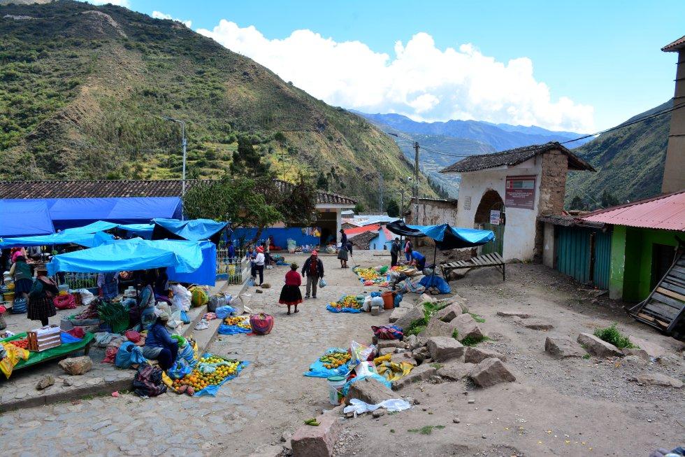 Mercado de Totora, donde cada lunes se venden los alimentos que cultivan los campesinos de la zona. rn