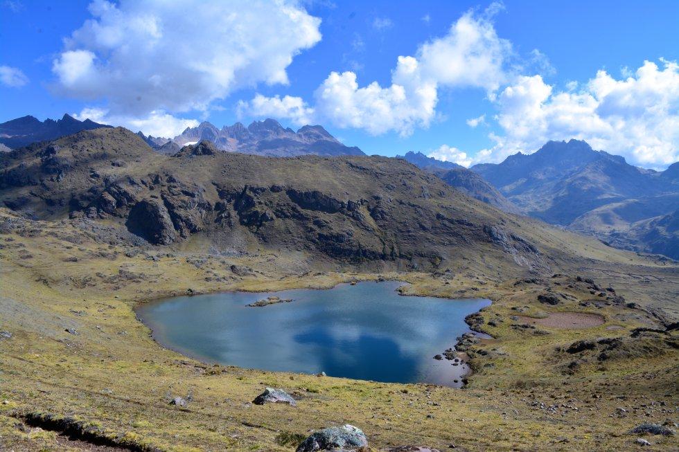 Uno de los lagos por los que se pasa en el recorrido a pie que transcurre entre las montañas, a 4.000 metros de altura, por el Valle Sagrado. Al fondo, los picos rojizos delatan que allí hubo un glaciar que desapareció.rn