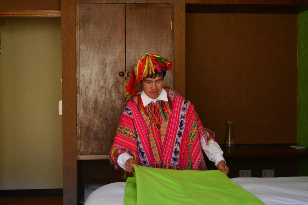 Juan Castillo, de 26 años, trabaja en el refugio de Huacahuasi. Junto al resto de su comunidad, votó en repetidas ocasiones en contra de su instalación. No se fiaba de los empresarios. Pero les convencieron y ahora está satisfecho de la decisión.rn