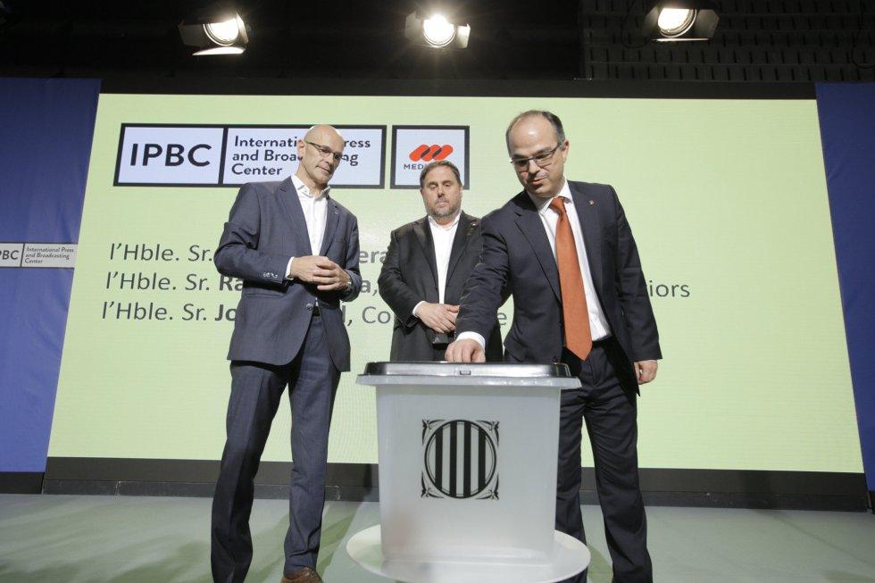 De izquierda a derecha, el consejero de Asuntos Exteriores, Raül Romeva; el vicepresidente del Govern, Oriol Junqueras; y el consejero de Presidencia, Jordi Turull, junto a una urna del referéndum.
