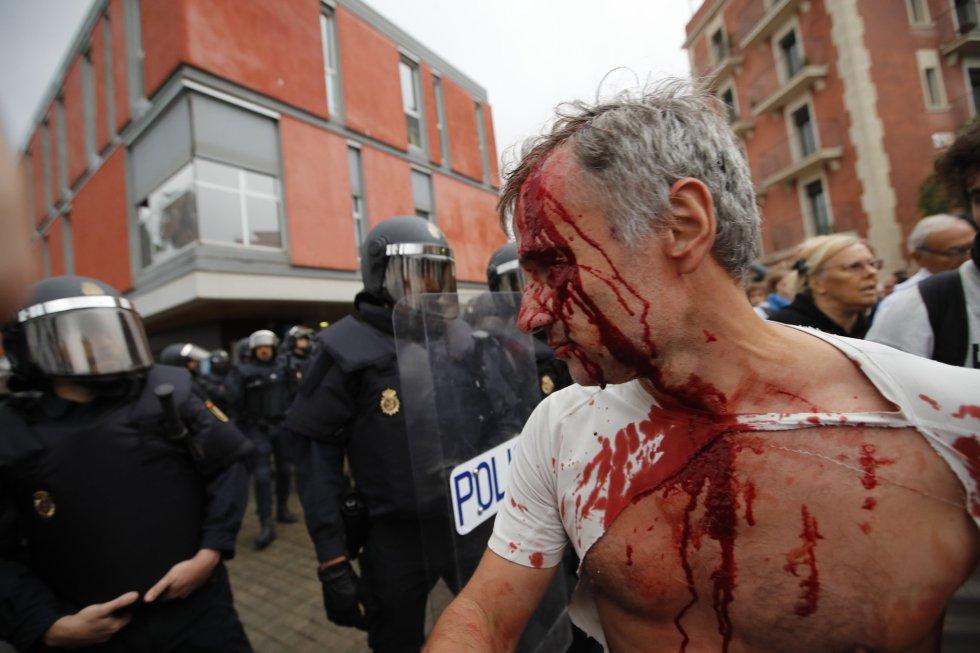 Una persona herida tras una carga policial en la escola Mediterránea de la Barceloneta (Barcelona).
