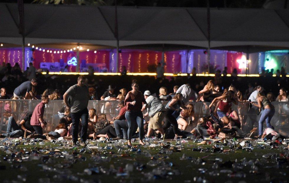 Un grupo de personas abandona el festival de country debido al sonido de un tiroteo.
