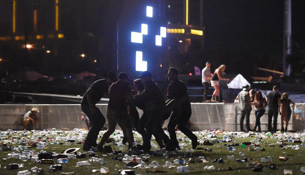 Una persona herida es socorrida por otros asistentes del festival.