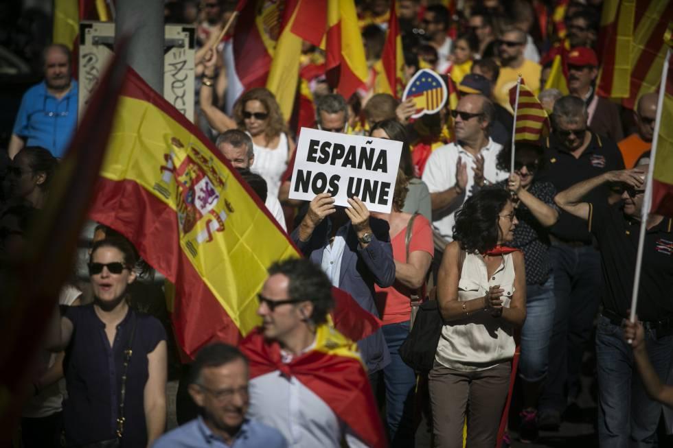 """""""España nos une"""" es el cartel que muestra un hombre en la manifestación."""