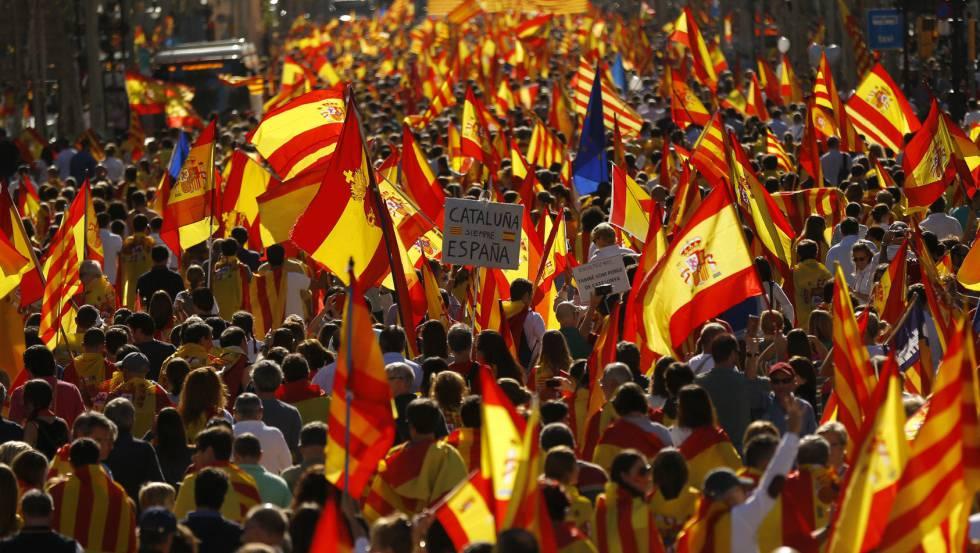 Una hora antes del inicio de la manifestación, la plaza Urquinaona y sus aledaños están abarrotados de gente.