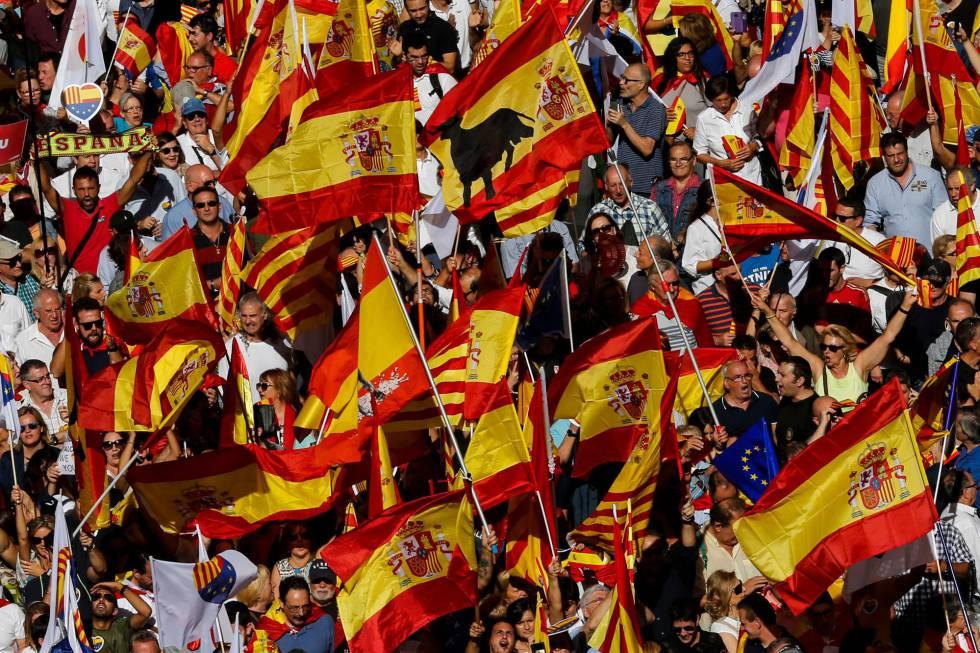 Banderas españolas y catalanas durante la manifestación.