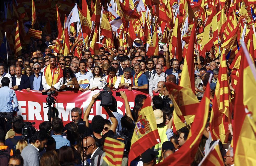 """Cabecera de la la manifestación convocada por Societat Civil Catalana en Barcelona en defensa de la unidad de España bajo el lema """"¡Basta! Recuperemos la sensatez""""."""