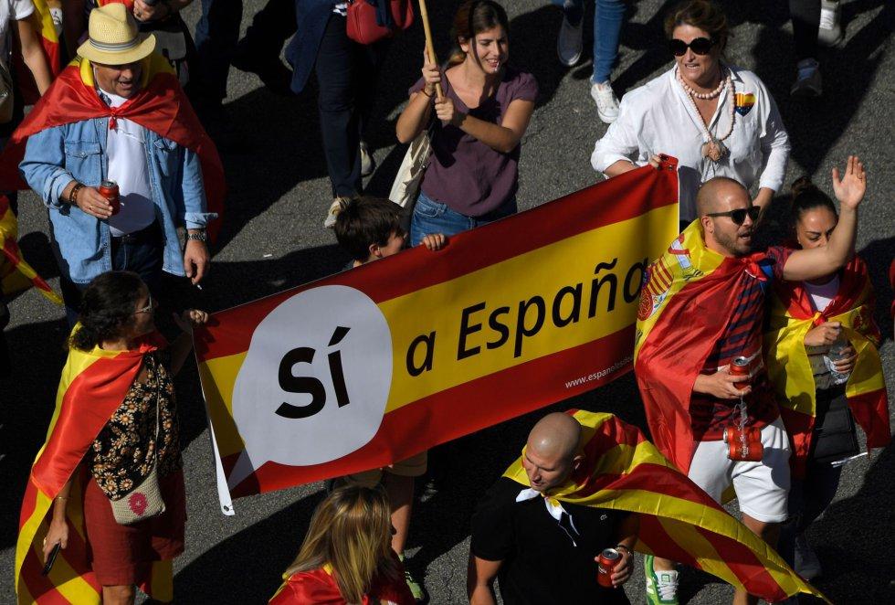 """""""Sí a España"""" es el cartel que portan unos manifestantes."""