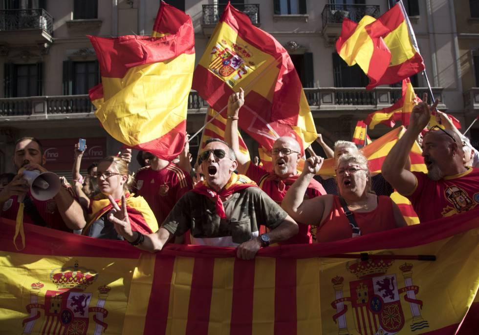 Manifestantes con banderas españolas y catalanas.