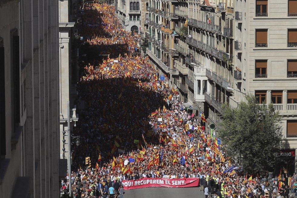 """Vista general de la Via Laietana durante la manifestación convocada por Societat Civil Catalana en defensa de la unidad de España bajo el lema """"¡Basta! Recuperemos la sensatez""""."""