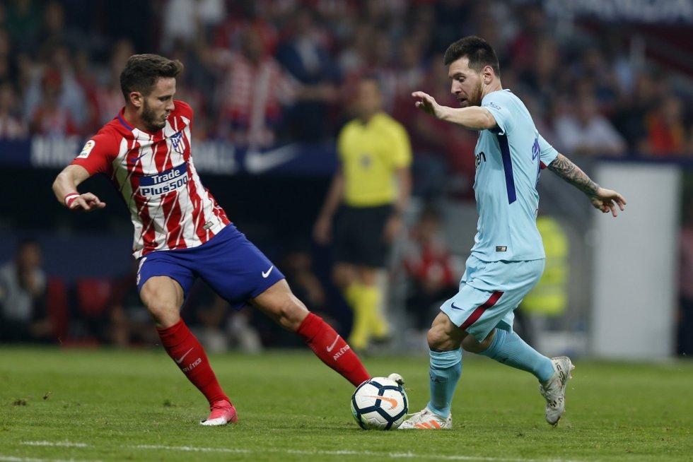 Lionel Messidisputa el balón con Saul Niguez.