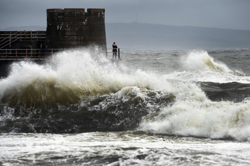 Las olas se rompen contra el puerto de Saltcoats, en la costa oeste de Escocia, por el efecto de la tormenta Ophelia.