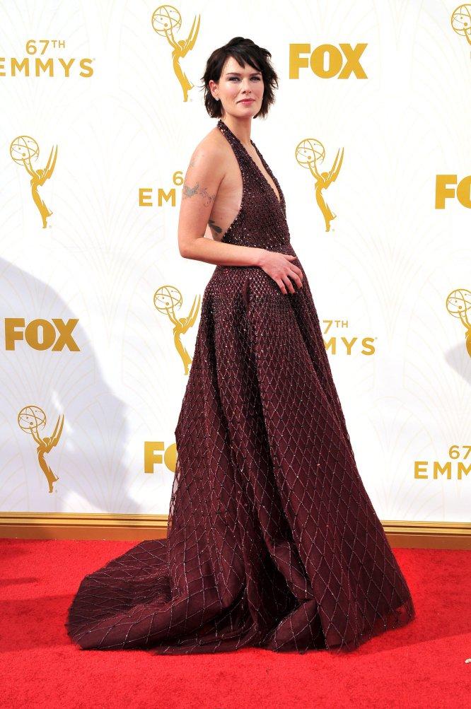 """Lena Headey, conocida por su papel de Cersei Lannister en la serie 'Juego de tronos', ha sido la última actriz en sumarse a la lista de intérpretes que acusan de acoso sexual al productor Harvey Weinstein. """"La primera vez que le vi fue en el Festival de Cine de Venecia, donde la película 'El secreto de los hermanos Grimm' [2005] se exhibía en el festival, en cuyo rodaje sufrí un interminable bullying por parte del director Terry Gilliam"""", empieza el primero de una cadena de mensajes que ha publicado la actriz en su cuenta de Twitter. """"En un momento dado, Harvey me pidió ir a dar un paseo hacia el agua, fui con él y se paró e hizo un comentario sugerente, un gesto, yo simplemente me reí. Estaba en shock. Recuerdo pensar que era una broma y decirle algo tipo 'Venga hombre, sería como besar a mi padre. Vamos a tomar algo con el resto'. Nunca más estuve en una película de Miramax [productora de Harvey Weinstein"""".       En un segundo mensaje en su Twitter, Headey habla de un segundo episodio ocurrido en Los Ángeles años después. """"Por alguna razón creía que nunca se atrevería a volver a intentar algo conmigo, no después de haberme reído en su cara y decirle que eso no iba a pasar ni en un millón de años. Pensé que respetaría mis límites y que quizás solo quería hablar de trabajo"""", cuenta a su millón de seguidores en la red social. Tras desayunar, le empezó a hacer preguntas sobre su vida personal que ella trató de desviar hacia otra conversación. """"Luego se fue al baño y al regresar me dijo de subir a su habitación porque quería enseñarme un guion. Caminamos hacia el ascensor y la energía cambió, y todo mi cuerpo se puso en alerta, el ascensor subía y le dije a Harvey: 'No estoy interesada en nada que no sea trabajo, por favor, no pienses que voy ahí contigo por cualquier otra razón'. Nada va a pasar, le dije. No sé lo que me poseyó en ese momento para hablar, solo que tenía un gran sentimiento de que no se me acercara"""".       La actriz, de 44 años, termina su historia con"""