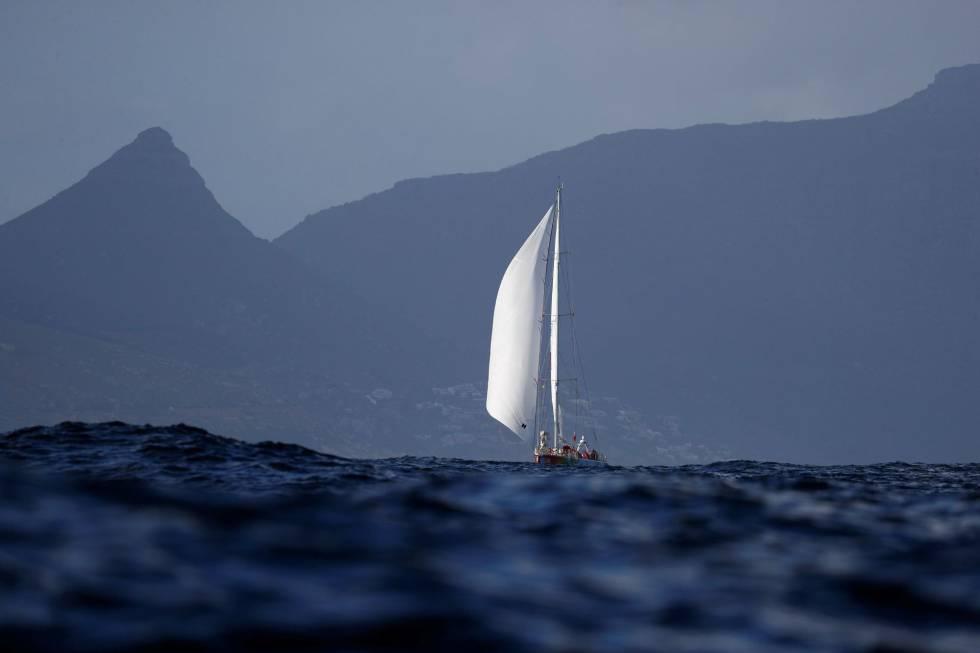 El yate Sanya Serenity Coast navega hacia Ciudad del Cabo para completar la segunda ronda de la regata mundial Clipper Race en Cuidad del Cabo (Sudáfrica). La Clipper Race es una regata alrededor del mundo en la que competidores aficionados de 41 países harán 40.000 millas náuticas.