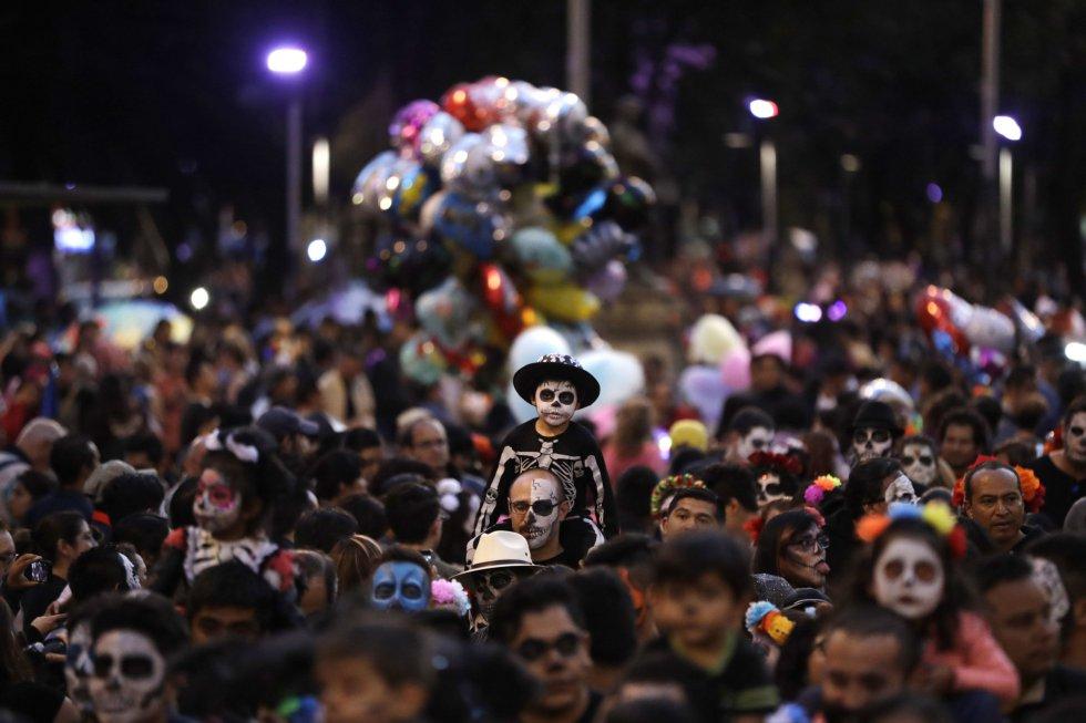 Vistiendo coloridos atuendos como el traje de mariachi, vestidos indígenas y hasta de novia, miles de personas disfrazadas de calavera desfilaron la noche del domingo 22 de octubre por las calles de Ciudad de México.