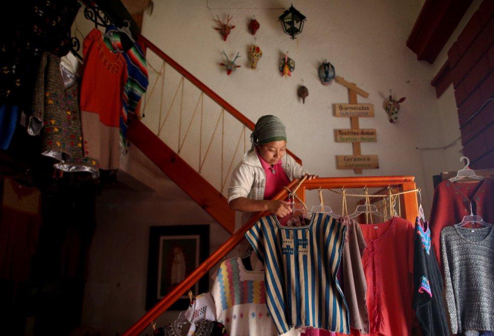 Soraya, de 25 años y musulmana de la étina tzotzil, trabaja en su tienda de artesanía de San Cristóbal de las Casas (México).
