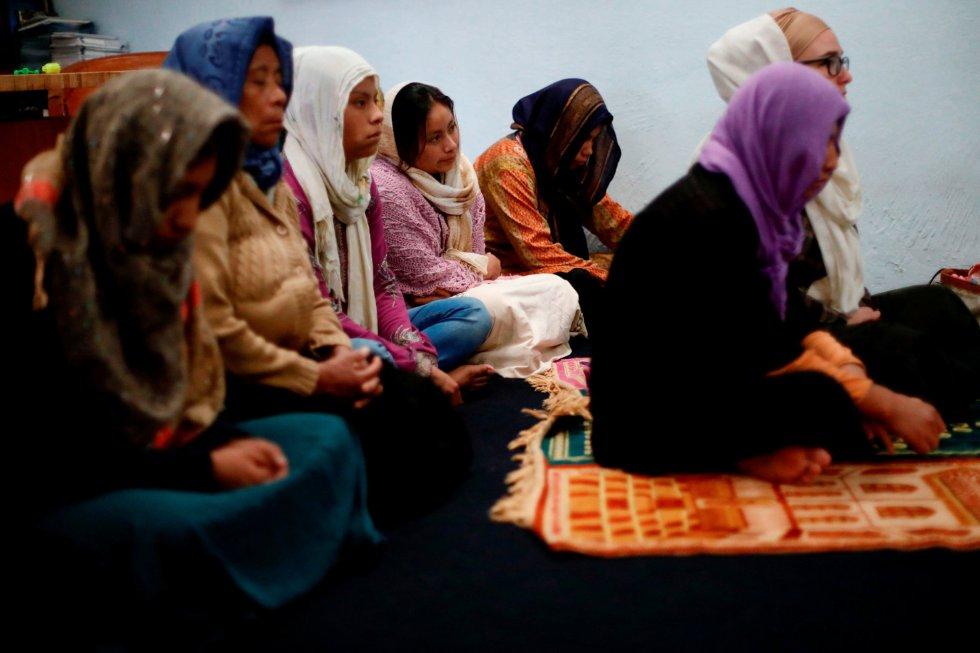 Los hombres musulmanes se distinguen por sus gorras de oración, o kufis, y las mujeres por sus hiyabs que toman la forma de chales mayas tradicionales. En la imagen, un grupo de mujeres participan en el rezo del viernes en la mezquita de la comunidad en San Cristóbal de las Casas, en el estado de Chiapas (México).
