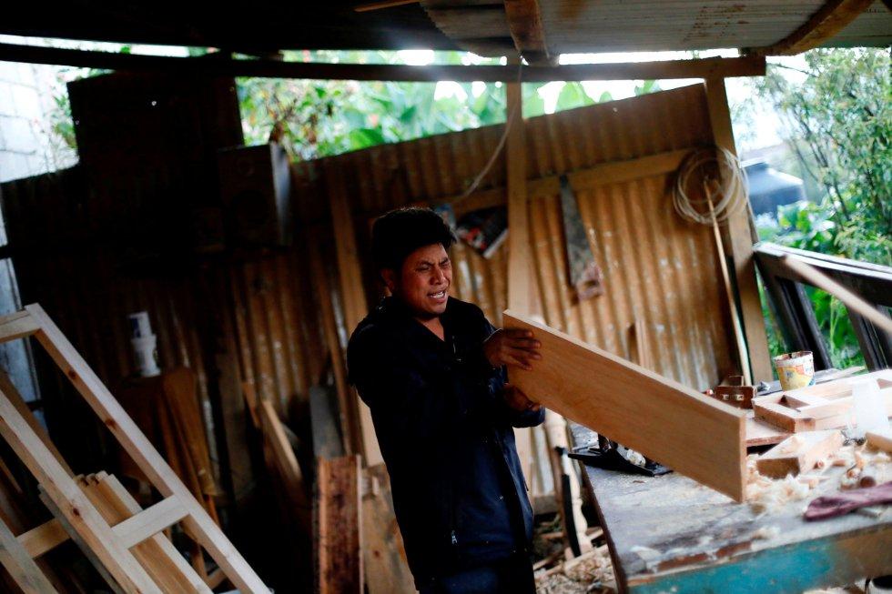 Mustafa, de 42 años, carpintero y musulmán del grupo étnico tzotzil, revisa una pieza de madera en el trabajo en San Cristóbal de las Casas.