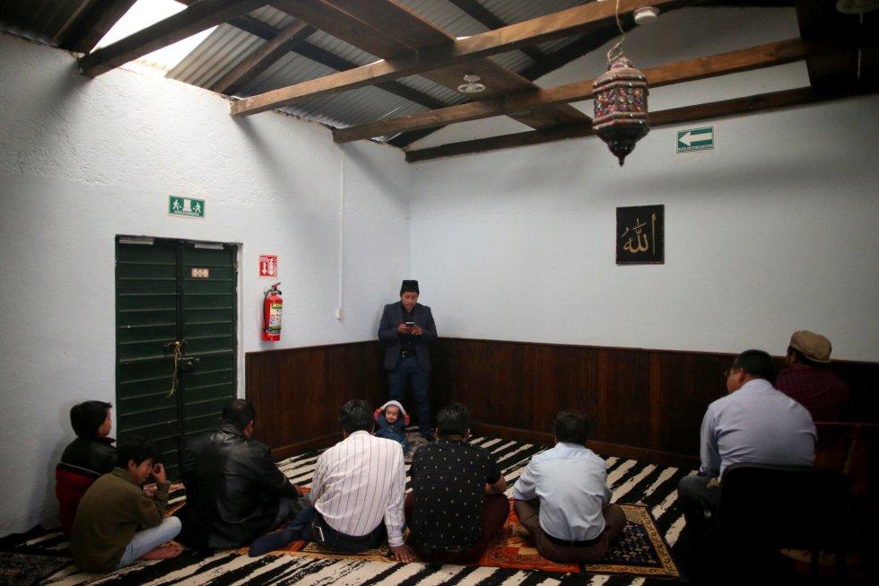 Musulmanes del grupo étnico Tzotzil participan en la oración del viernes mientras el imán Ibrahim Chechev pronuncia su sermón dentro de la mezquita de la comunidad musulmana Ahmadiyya en San Cristóbal de las Casas (México).