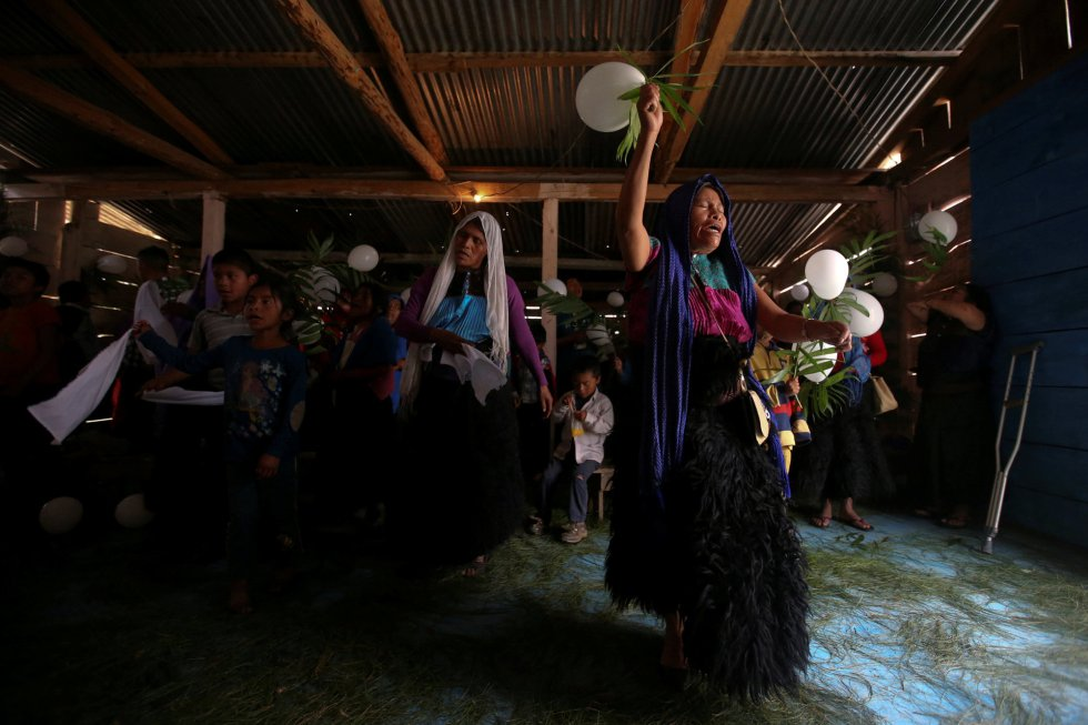 Según el último censo, alrededor del 83 por ciento de los mexicanos son católicos. Y aunque los musulmanes constituyen menos del 1 por ciento de los 120 millones de habitantes de México, un número desproporcionado son indígenas agrupados en y alrededor de San Cristóbal de las Casas, una ciudad de las tierras altas de Chiapas, que mezcla grupos mayas e identidad española. En la imagen, fieles evangélicos y musulmanes del grupo étnico tzotzil participan en una reunión entre miembros de ambas religiones en una iglesia evangélica en San Juan Chamula.