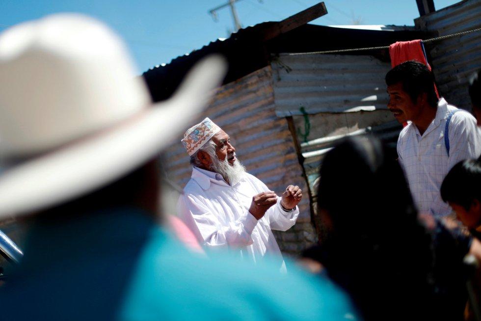 Umar, de 64 años y musulmán del grupo étnico tzotzil, habla con fieles evangélicos en una reunión entre miembros de ambas religiones en una iglesia evangélica en San Juan Chamula, del estado de Chiapas (México).