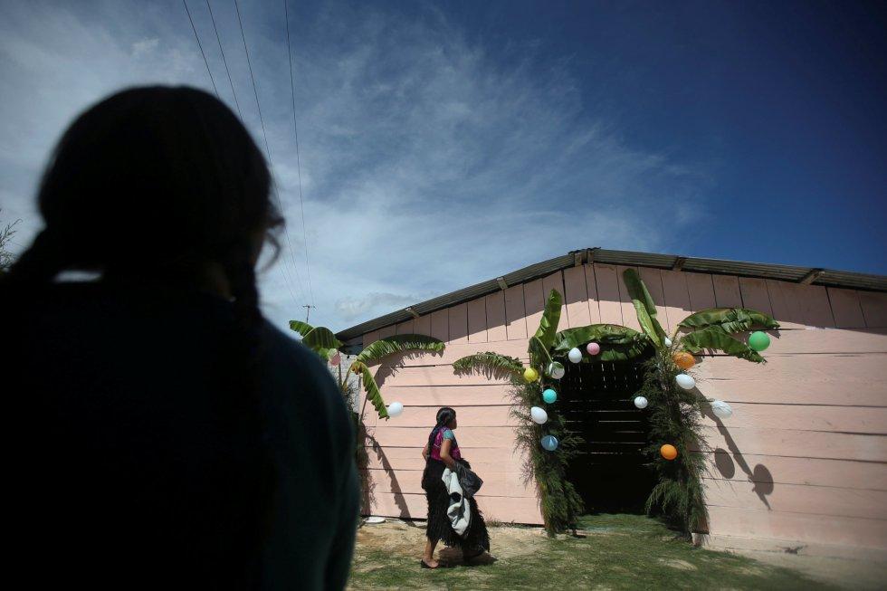 Una mujer musulmana llega a una reunión entre fieles evangélicos y musulmanes en una iglesia evangélica en San Juan Chamula (México).