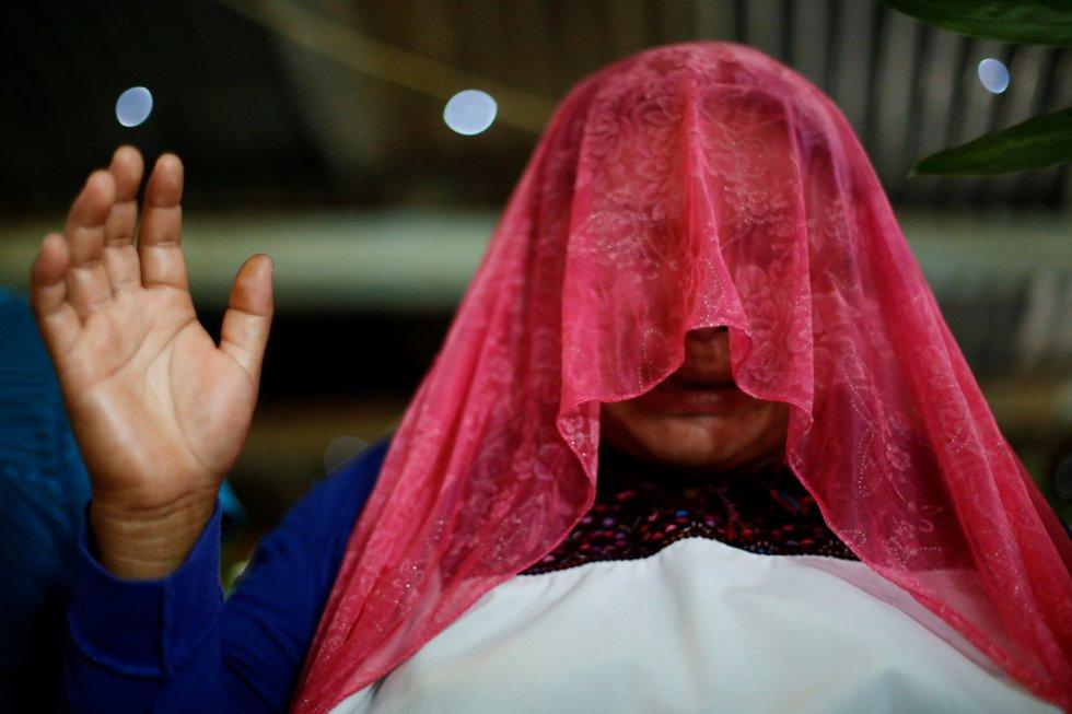Una mujer musulmana reza en la reunión entre fieles evangélicos y musulmanes en una iglesia evangélica en San Juan Chamula (México).