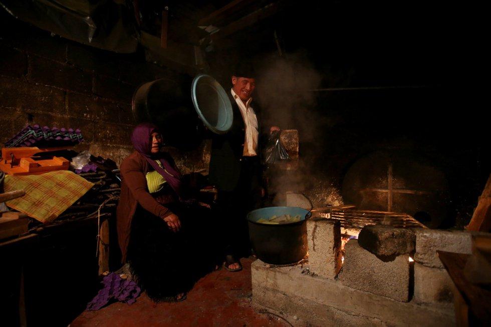 Mohamed Amin y su esposa Monida, ambos musulmanes, cocinan tamales tradicionales en San Cristóbal de las Casas (México).